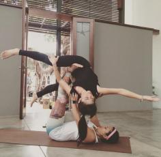 Tak ketinggalan, Olahraga Yoga pun menjadi salahsatu favorit Dian Sastrowardoyo.