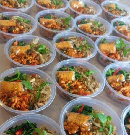 Nasi Merah, Ayam Kecombrang, Bayam Urap & Tempe Penyet in a Bowl for lunch!