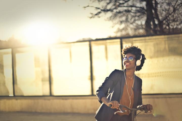Mendengarkan musik banyak memberikan efek positif bagi tubuh dan kesehatan