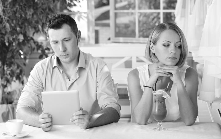 Cewek merasa bukan menjadi prioritas utama ketika pacarnya terlalu sibuk sama kerjaannya. (sumber foto: kelascinta.com