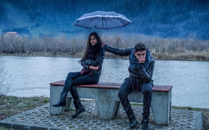 Caring-couple-love-in-rain