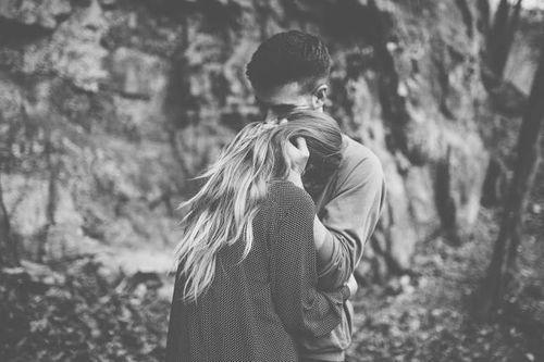 Sebuah pelukan akan menyelamatkan hubungan kamu dengan pacar kamu. (via: favim.com)