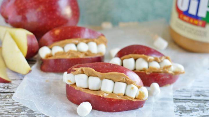 Berikan anak-anak kesenangan dan ajarkan untuk tetap sehat pada Halloween dengan irisan apel, selai kacang, dan gigi mini marshmallow.
