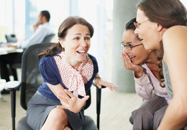 Kebiasaan bergosip di kantor bisa mengusik kerja, bahkan mengancam perjalanan karier. (via: www.forbes.com)