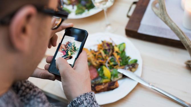 Menurut hasil riset yang ditulis di situs tersebut, memfoto makanan lalu memamerkannya di Instagram diklaim dapat membuat rasa makanan yang biasa-biasa saja jadi lebih nikmat.